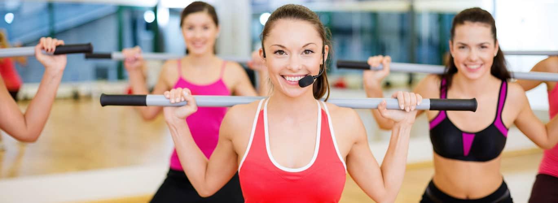 Fitnesstrainer werden, aber wie? -  Frauen trainieren in im Kurs