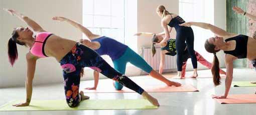 Frauen-Fitnessstudio - Workouts mit Fitnesstrainerin
