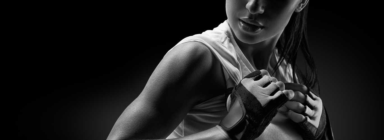 Fitnesstrainer A und B Lizenz - Frau mit Handtuch am Sport machen