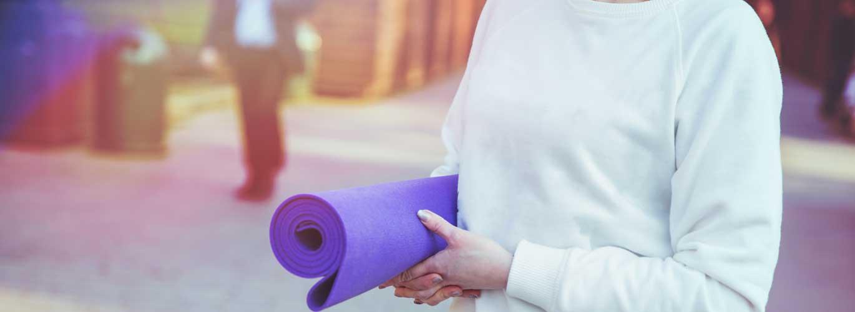 Präventionsgesetz  - Frau mit Fitnessmatte