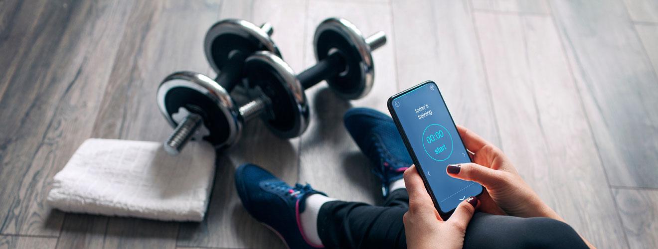 Die A-Lizenz für Fitnesstrainer - Frau hebt Gewichte